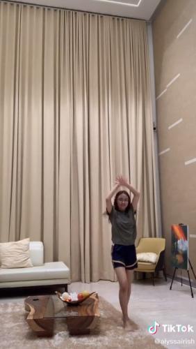Девушка засняла, как танцует, но все смотрят на окна комнаты. Ведь уверены, что она живёт в доме титанов