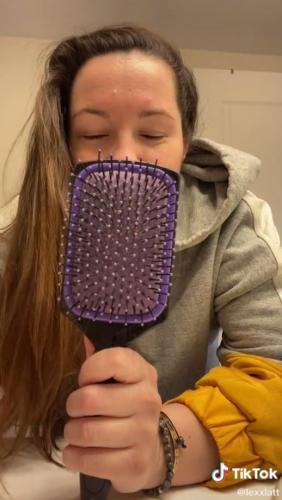 Блогерши показали, как правильно расчёсывать волосы и сломали девушек. Ведь все держали щётку для волос не так