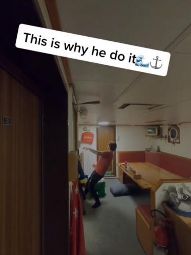 Моряк показал почему капитан Джек Воробей непривычно ходит и бегает. Причина проста, но ответ мужчины гениален