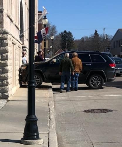 Машина врезалась в здание, но водитель не виноват. Ведь за рулём был тот, на чьи лапы не наденешь наручники