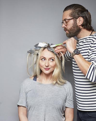 Жена разрешила мужу покрасить волосы и результат её удивил. Оказалось, что всё это время рядом с ней жил профи