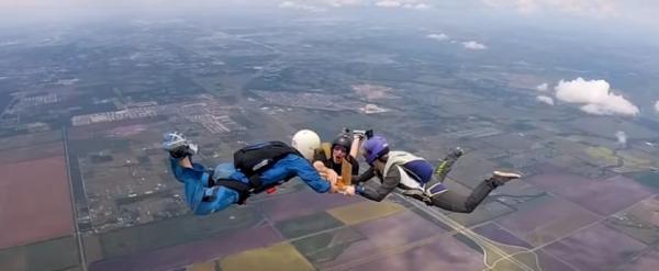 Парашютисты поднялись на высоту 5 км и проголодались. Пиццу они решили съесть в полёте и это это — не шутки