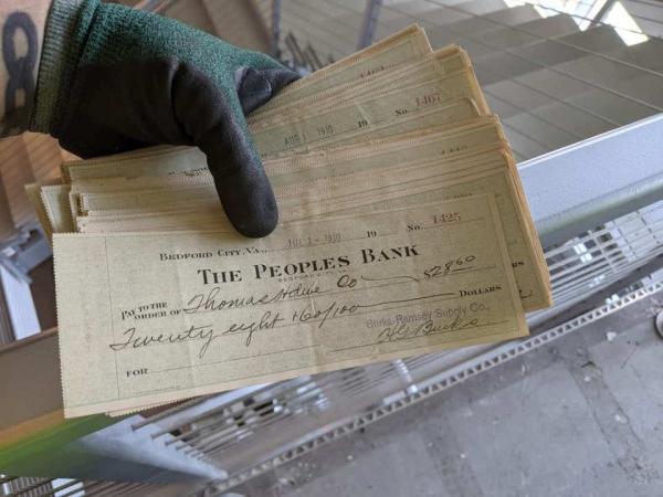 Владелец ремонтировал дом и нашёл старые бумажки. Показав их подписчикам, мужчина понял: он стал богачом