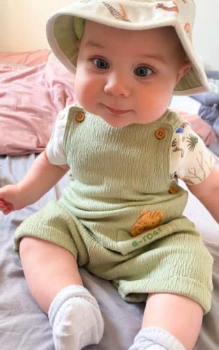 Младенец носит одежду старших - и она ему по размеру. Гиганты существуют, и этот малыш явно их предводитель