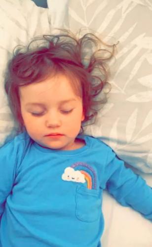 Мать решила, что малышка проглотила AirPods и помчалась к врачу. Стало неловко от того, где нашёл их медик