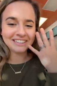 Тиктокерша перебрала с коктейлями и залезла подруге на шею на видео. Итог вечеринки можно понять по её улыбке