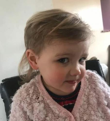 Дочке хватило минуты с ножницами, чтобы показать - она панк. Но в детсад с новой причёской мама её не отпустит
