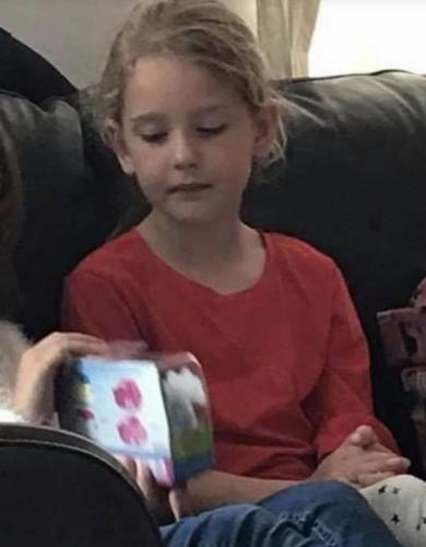 Мама тайком фотографирует дочь, когда её сестра открывает подарки. Лицо девочки - огонь (и мем про зависть)