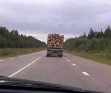 Перевезти весь дом без помощи грузовика? Да легко, — подумал водитель. Видео, от которого вам будет не по себе