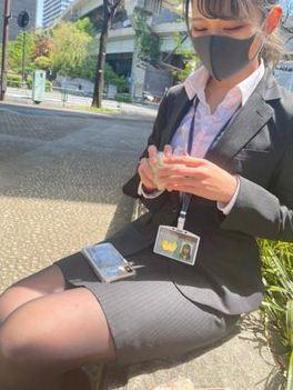 Безработная надела строгий костюм, взяла пропуск и поехала в офис. Как оказалось, её главная цель — не работа