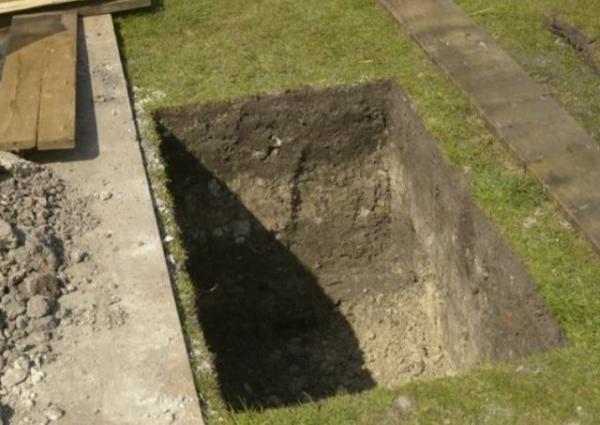 Строители копали двор для патио и отбросили лопаты. Заказчики предупреждали, что в доме живет семья, но не две