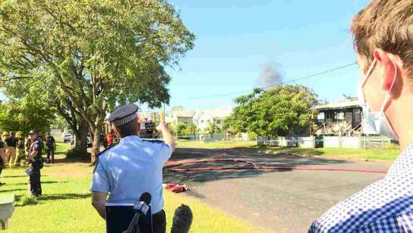 Полицейский давал интервью со сводкой о пожаре, но журналисты смотрят на фон. На нём - новая работа офицера