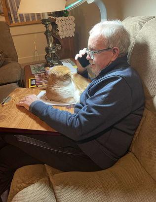 Кот заметил, что отцу хозяйки нехорошо и решил действовать. Своё мурчание он превратил в силу, творящую чудеса