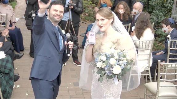 Новобрачные обменялись кольцами, но увидеть их не выйдет. Всё потому, что их свадьба - Киберпанк в реальности