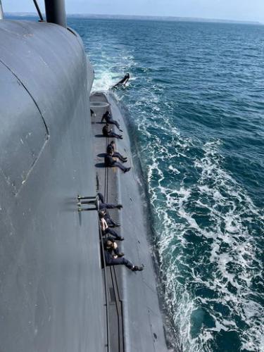 Моряки показали, как жарить шашлыки на подлодке. Брутально отдохнуть им не помешало даже боевое дежурство