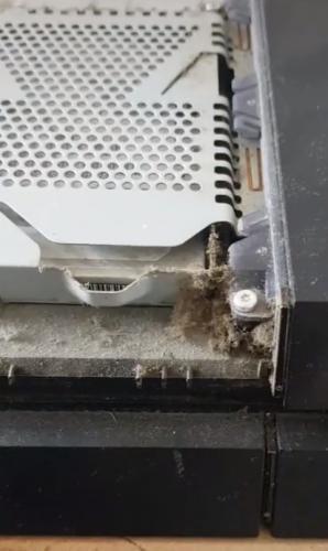 Геймер узнал, как чистить консоль, но жалеет, что поздно. Сюрприз внутри неё удалил аппетит не только к играм
