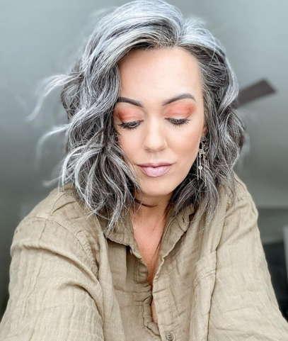 Мама стеснялась волос, а бросив их красить, была в восторге. Природа дала ей то, за что мастер берёт состояние