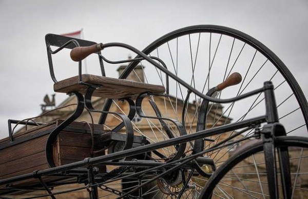 Инженер собрал электромобиль из 1881 года, показав прадедушку Tesla. Выглядит стильно, но крайне небезопасно