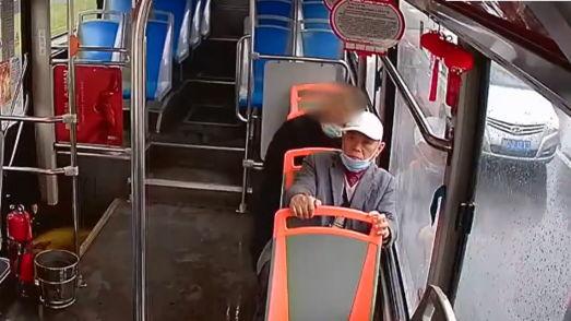 Вор вытащил кошелёк у дедули в автобусе, а после положил его обратно. Узнав почему, копы в сказку не поверили
