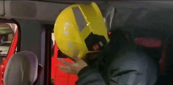 Пожарный выбежал по тревоге с намыленной головой, сохраняя невозмутимость. Ведь люди важнее, а душ - подождёт