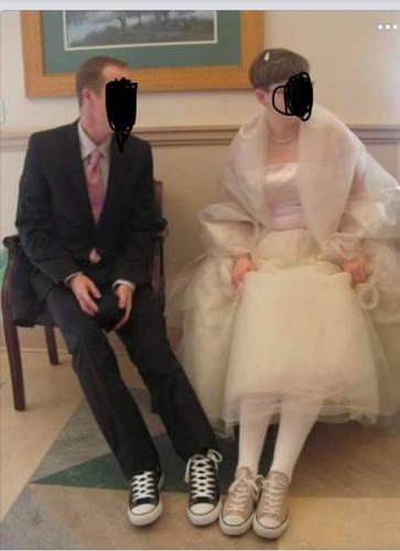 Пара отмечала свадьбу, а гости не поняли их образ. Глядя на ноги невесты, сразу станет понятно — это фиаско