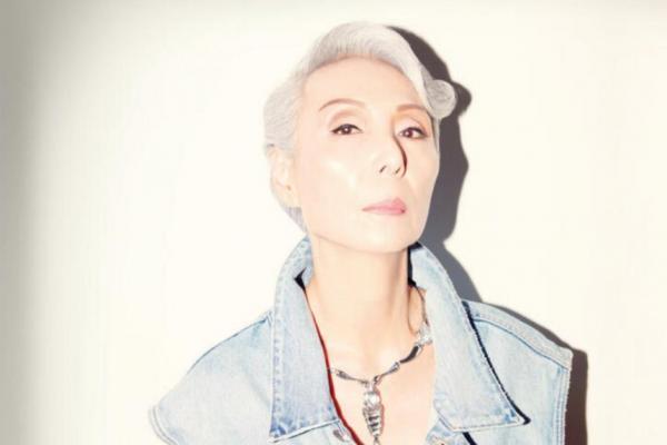 Бабуля перестала закрашивать седину и отменила старение. Новые волосы подарили ей место на обложках журналов