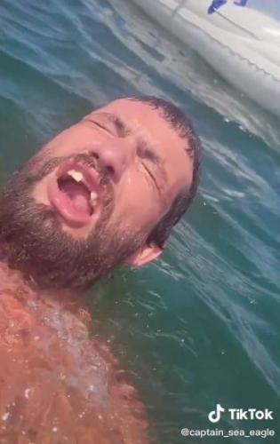 Тиктокер снял видео, а у зрителей два вопроса: что и как. Что делает голубь в воде и как плавать без рук