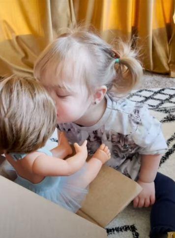 Малышка с синдромом Дауна очень рада своей сестрёнке. Они как две капли воды, но мама никого не рожала