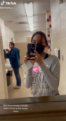 """Школьница засняла зеркало в раздевалке, и люди советуют подать в суд. Ученицы словно живут в шоу """"За стеклом"""""""