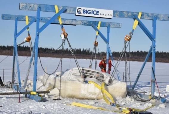 Прохожие не понимали, зачем три человека рубят лёд на реке топорами. Пока не увидели, что они оттуда вытащили