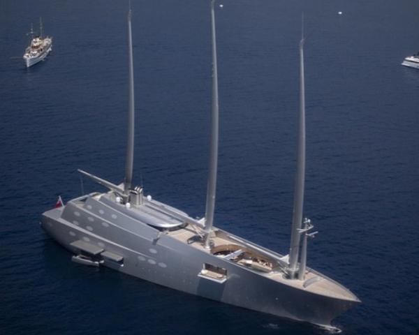 """""""Упс, не увидел твою огромную яхту"""". так хозяин лодки может объяснить своё столкновение с яхтой миллиардера"""