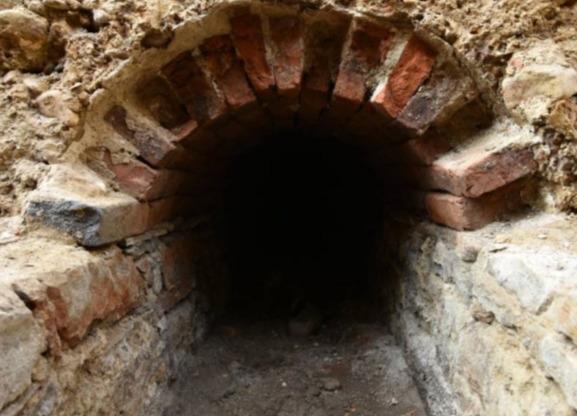 Строители наткнулись на туннель под землей и правильно сделали, что не вошли. От таких находок нужно бежать
