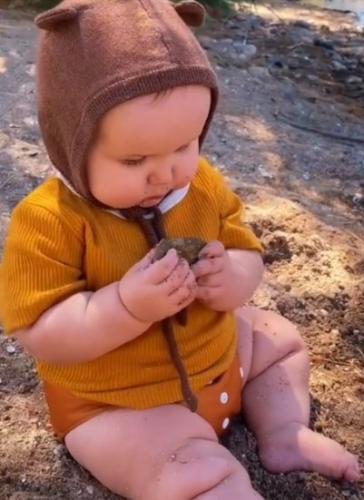 """Мама смотрит, как младенец ест песок, и даёт ему ещё. Её аргументы в свою защиту - заявка на """"Мать года"""""""