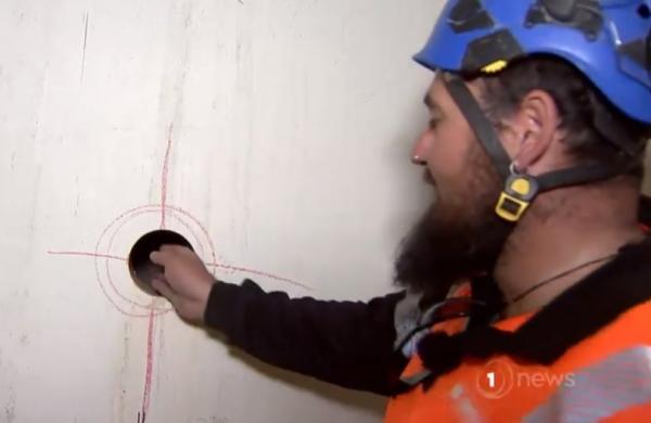 Строитель сверлил стену, когда понял, что за ней пустота. То, что он достал оттуда, привело в