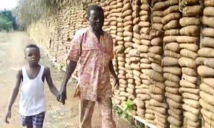 Фермер с семью жёнами показал свой быт. Количество съестных запасов семьи удивляет больше количества супруг
