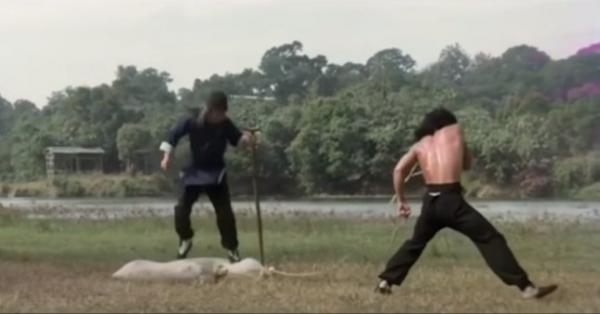 """Качки повторили тренировку Джеки Чана из фильма """"Пьяный мастер"""" и чуть не сломались. Больно станет даже вам"""