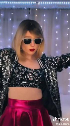 Блогерша сняла себя на видео, а там Тейлор Свифт. И