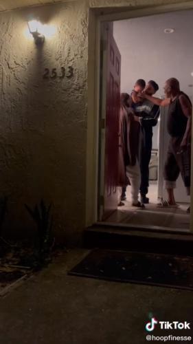 Сын зашёл в дом к отцу, а тот почти получил сердечный приступ. Ведь папа оказался в меме с Человеком Пауком