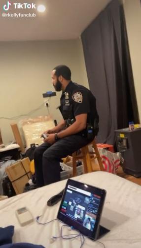 Блогер открыл дверь полицейским и теперь жалеет. Ведь копы