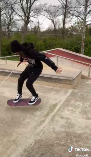 Блогер катается на скейте, и люди в восторге. Узнав, почему он это делает с тростью, вы тоже влюбитесь в него