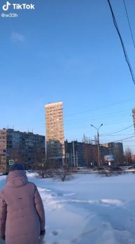 Россиянка сняла на видео панельный дом, но его вид сломал людей. Девушки уверены, там спрятались 2D мальчики