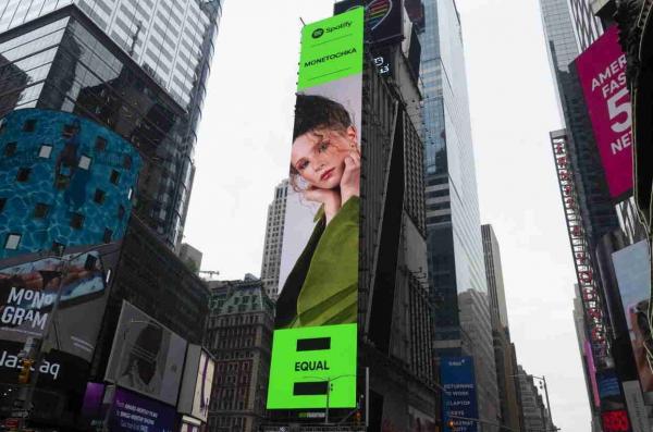 Монеточка появилась на билборде на Таймс-сквер и открыла портал в ад. Ведь не все россияне рады за пепицу