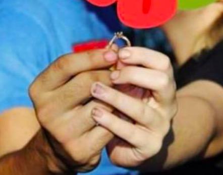 Невеста похвасталась своим обручальным кольцом, но людям стыдно. Не за кольцо, а за её маникюр садовника