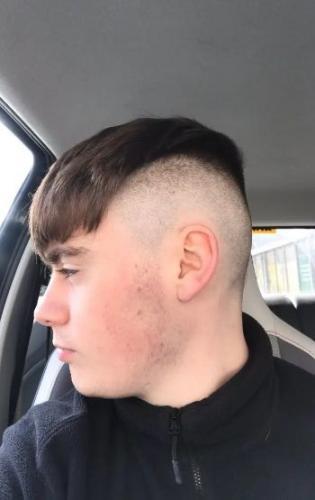Подросток хотел постричься в 2021-м, а получил стрижку из 2007-го. Теперь он, кажется, подумывает о бритве