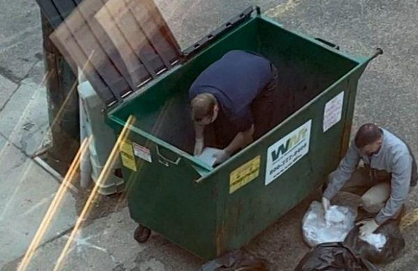 Коллеги нырнули в мусорный бак, чтобы помочь сотруднице найти кольцо. А нужно было смотреть по сторонам