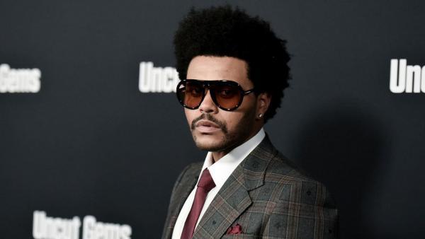 Меломаны увидели наряд The Weeknd и объявили модный суд. Когда хотел лук маньяка, а вышел косплей грибочка
