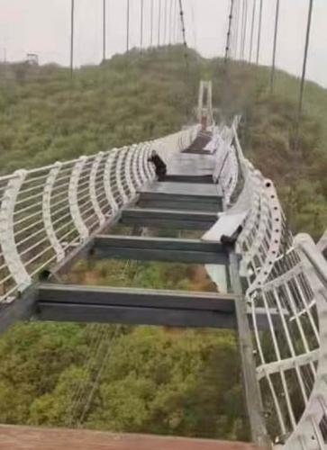 Турист ступил на стеклянный мост и застыл на 2 часа. Вы бы тоже не смогли сделать ни шагу - и это не метафора