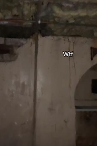 Хозяйка годами не знала о секрете квартиры. Увидев, куда ведёт лестница из её шкафа, вы точно проверите свой