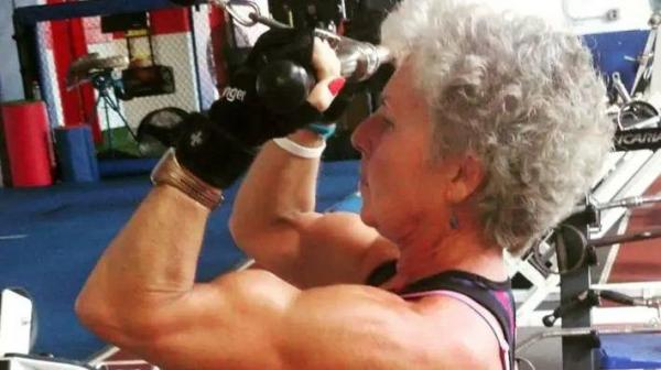 Бабуля решила прийти в форму, а дальше, как в тумане. Теперь она тягает вес в два раза больше собственного
