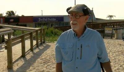 Старик искал мусор на пляже, а нашёл iPhone12. Находка его не поразила совсем, а вот его состояние — да